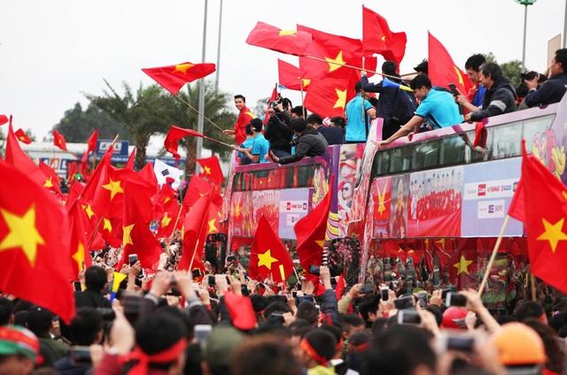 Xe chở U23 Việt Nam diễu hành giữa rừng cờ đỏ sao vàng - 21
