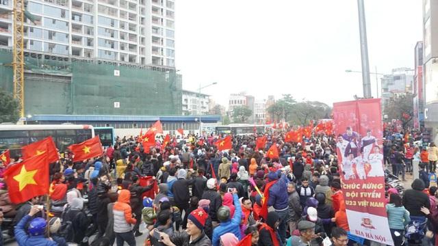 Đường phố tiếp tục tê liệt khi U23 di chuyển qua (Ảnh: Nguyễn Dương)
