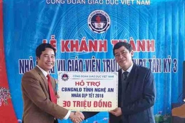 Chủ tịch Công đoàn Giáo dục Việt Nam Vũ Minh Đức (bên phải) trao 30 triệu đồng của Công đoàn Giáo dục Việt Nam hỗ trợ ngành GD-ĐT tỉnh Nghệ An để chăm lo Tết Mậu Tuất 2018 cho cán bộ, giáo viên có hoàn cảnh khó khăn. (Ảnh: Công đoàn Giáo dục Việt Nam)