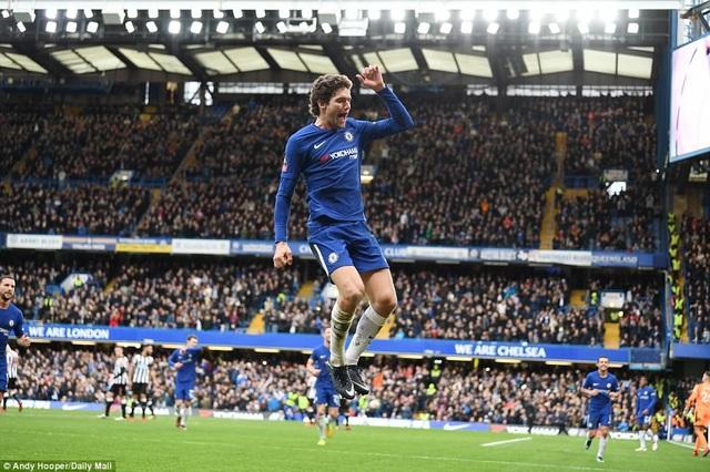 Alonso ăn mừng sau khi sút phạt thành bàn