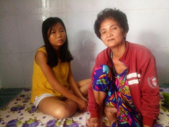 Sau cơn bạo bệnh, chị Hường bị động kinh mãn tính, phải uống thuốc hàng ngày để cầm cự