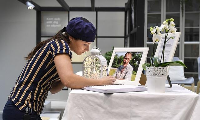 Nhân viên của Ikea viết lời chia buồn tại lễ tang ông Ingvar Kamprad. (Nguồn: Anders Wiklund / TT)