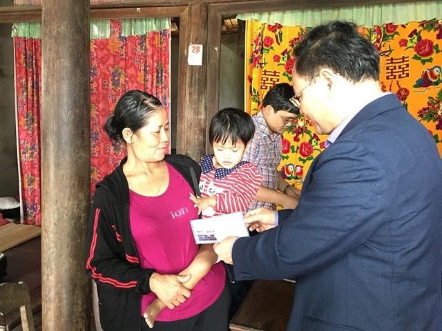 Ông Lê Minh Ngân, Phó Chủ tịch UBND tỉnh Quảng Bình tặng quà cho cô bé Thanh Bình