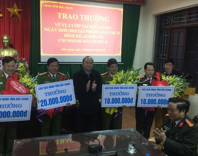Chủ tịch UBND tỉnh Bắc Giang trao thưởng nóng cho các đơn vị