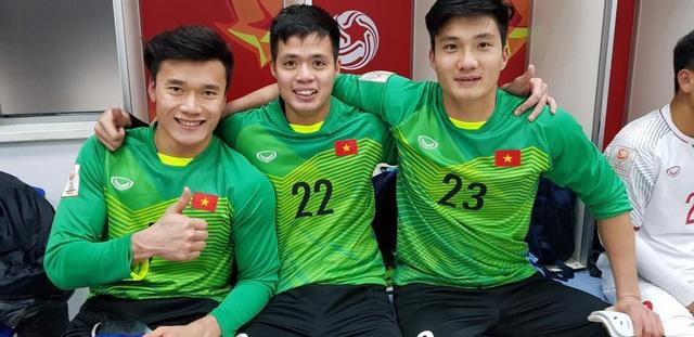 Từ trái qua phải ảnh là thủ môn bắt chính Bùi Tiến Dũng, thủ môn dự bị Đặng Ngọc Tuấn và thủ môn dự bị Nguyễn Văn Hoàng.