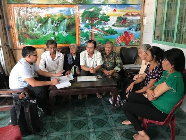 Ông Nguyễn Văn Dũng (thứ tư, từ trái sang) và người thân trình bày vụ việc với phóng viên Báo Người Lao Động