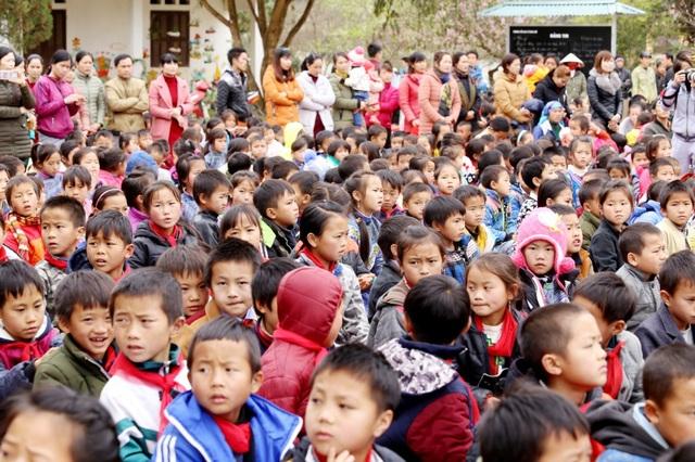 Đoàn từ thiện đã đến thăm, chia sẻ khó khăn với các trẻ em nghèo vùng cao