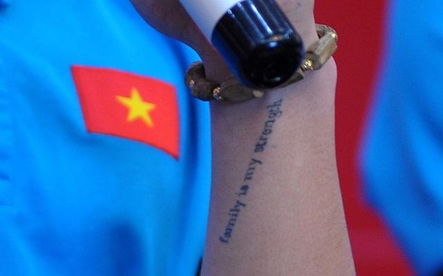 """Dòng chữ """"Family is my strength"""" có nghĩa """"Gia đình là sức mạnh của tôi""""."""