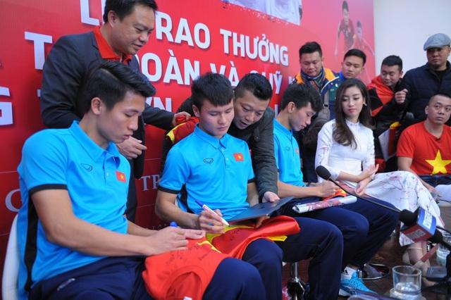 Quang Hải và đồng đội kí tên cho người hâm mộ.