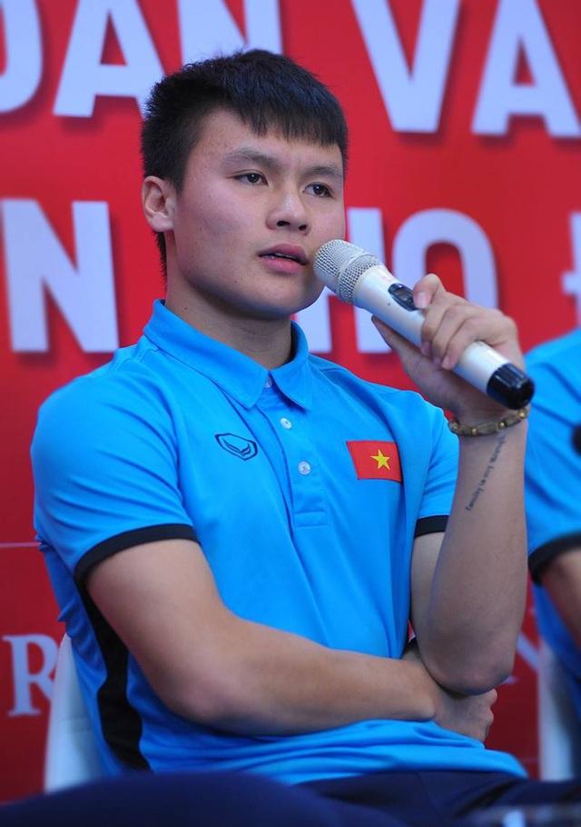 Khi trò chuyện với người hâm mộ, Quang hải để lộ hình xăm