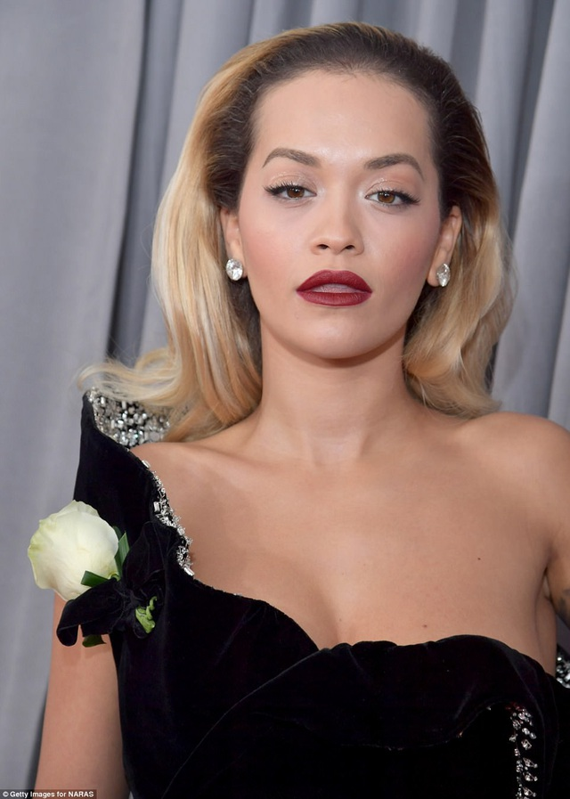 Nữ ca sĩ cài bông hồng trắng trên vai. Tại lễ trao giải Grammy năm 2018, mọi người đẹp tới dự giải đều mang theo bông hồng trắng để ủng hộ chiến dịch gây quỹ Times Up (gây quỹ ủng hộ những nạn nhân bị lạm dụng tình dục ở nơi làm việc).