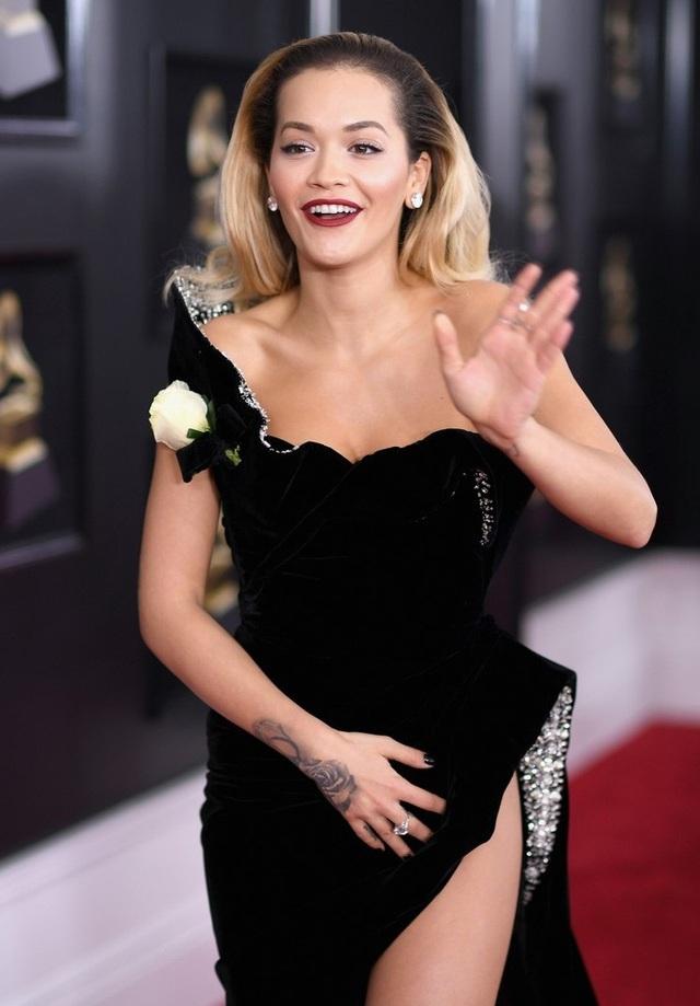 Nữ ca sĩ Rita Ora thu hút mọi ánh nhìn khi xuất hiện trên thảm đỏ lễ trao giải Grammy lần thứ 60.