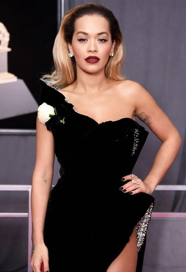 """Váy xẻ cao """"bất tận"""" của Rita Ora trên thảm đỏ Grammy 2018 - 4"""