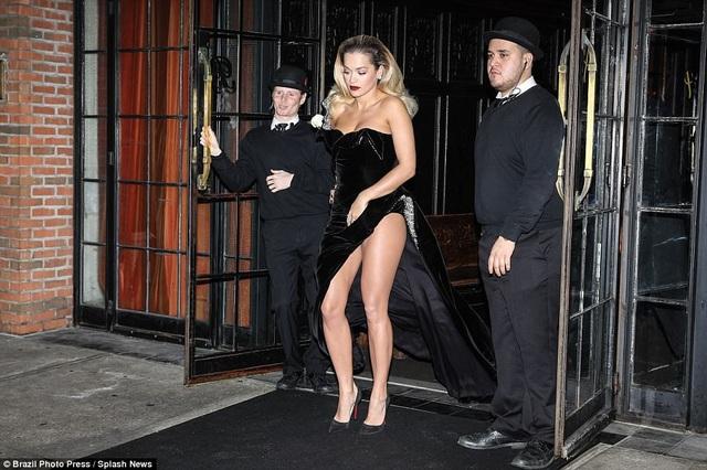 Rita vốn là người yêu thích các trang phục gợi cảm và không ngại khoe thân trong mọi sự kiện.