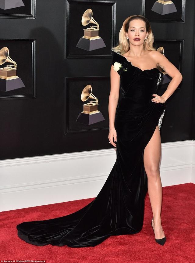 """Váy xẻ cao """"bất tận"""" của Rita Ora trên thảm đỏ Grammy 2018 - 13"""