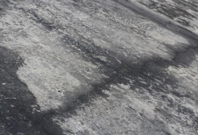 Vết nứt đáng lo ngại chạy dọc suốt thân đập