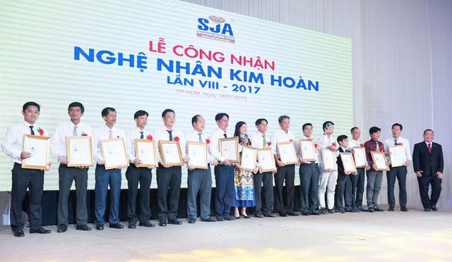 PNJ hiện có 15 Thợ kim hoàn được UBND Tp.HCM công nhận danh hiệu Nghệ nhân, chiếm gần 20% số Nghệ nhân toàn thành phố.