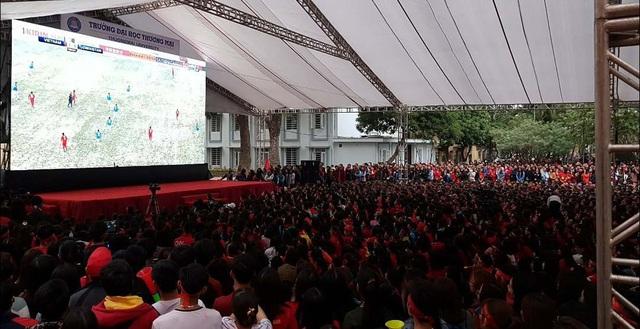 Hơn 10.000 sinh vên trường ĐH Thương Mại xem trận chung kết U23 vừa qua với màn hình 50m vuông