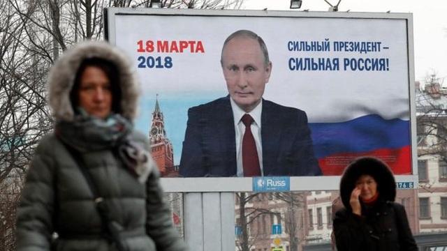 Hình ảnh Tổng thống Nga Vladimir Putin xuất hiện trên đường phố trước thềm bầu cử Nga vào ngày 18/3 (Ảnh: EPA)