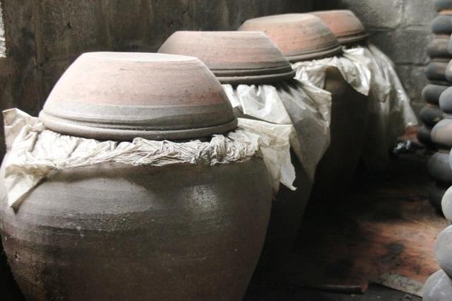 Cua đồng giã ra lấy nước cốt ngâm với gạo rang, cho vào một chiếc vò sành