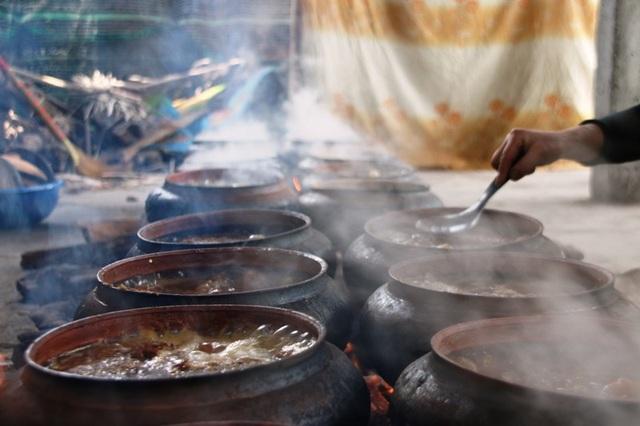 Cá được nấu từ 12 đến 14 tiếng lửa luôn phải đều không quá to cũng không quá nhỏ đến khi niêu cá chỉ còn khoảng 1 thìa nước thì niêu cá mới thể giữ được hương vị đặc trưng của cá kho Đại Hoàng
