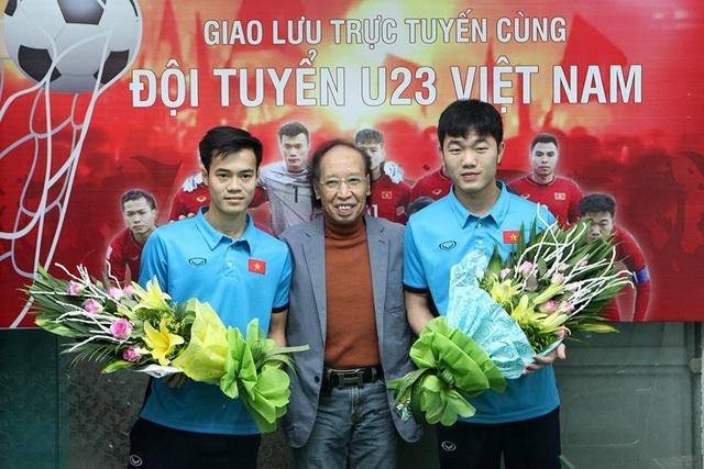 Nhà báo Phạm Huy Hoàn, TBT báo điện tử Dân trí tặng hoa cho đội trưởng Xuân Trường và tiền đạo Văn Toàn