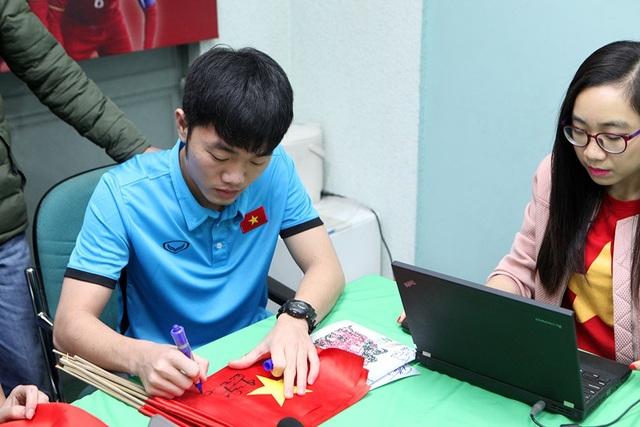 Đội trưởng Xuân Trường ký tặng người hâm mộ trước khi bước vào buổi giao lưu trực tiếp với Dân Trí