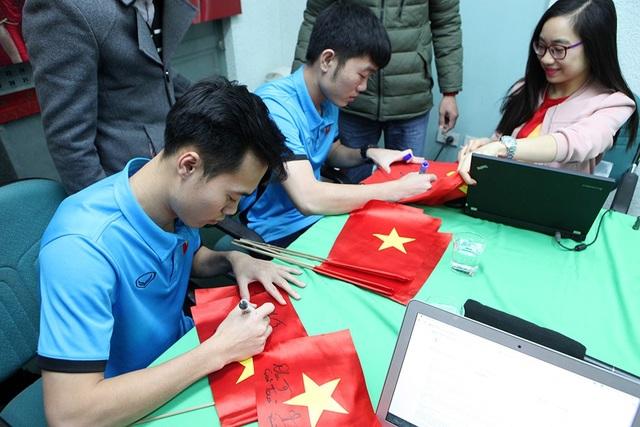Văn Toàn và Xuân Trường tặng chữ ký cho người hâm mộ