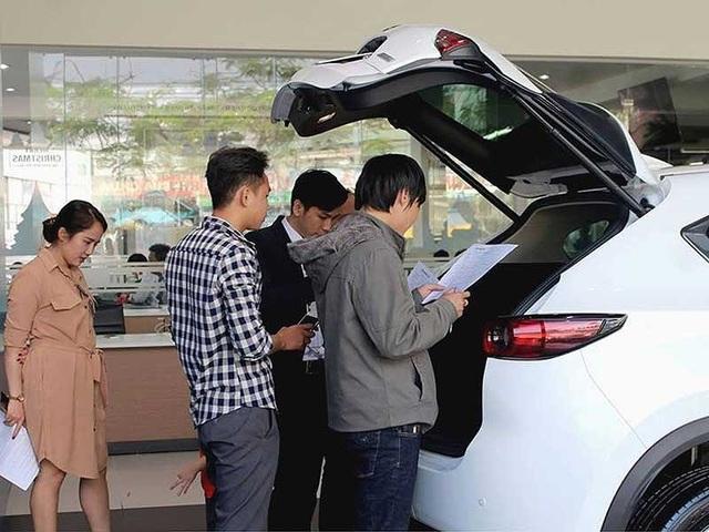 Người mua xe nên mặc cả về giá, quyền lợi với đại lý để tránh thiệt thòi. Ảnh: Quang Huy