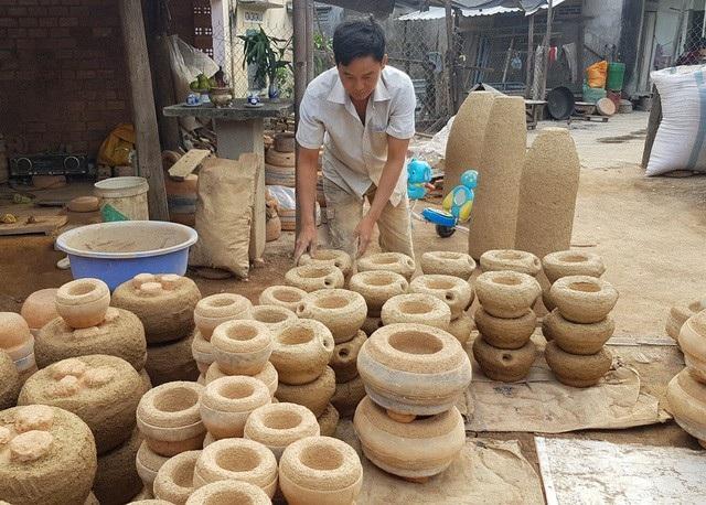 Người dân ở làng nghề Phú Lộc Tây 1 hối hả sản xuất chân đèn phục vụ cho nhu cầu Tết nguyên đán 2018