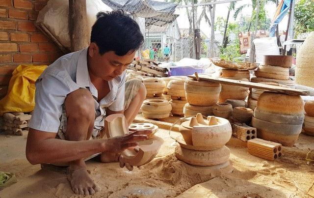 Người thợ chuẩn bị khuôn sản phẩm tại làng nghề đúc đồng Phú Lộc Tây 1