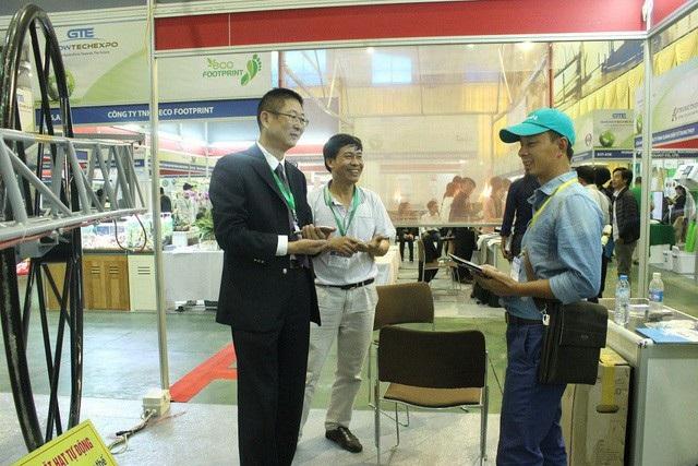 Tại Hội triển lãm Nông lâm ngư nghiệp quốc tế vừa diễn ra ở Hà Nội, gian hàng trưng bày sản phẩm của anh Hát thu hút rất đông những vị khách nước ngoài đến tham quan, tìm hiểu. Ảnh Hà Trang