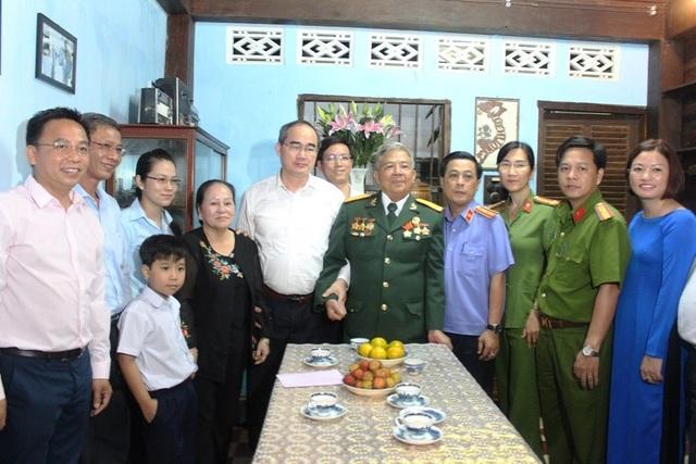 Bí thư Thành ủy TPHCM Nguyễn Thiện Nhân thăm gia đình bà Đặng Thị Thiệp - vợ Anh hùng Lực lượng vũ trang nhân dân Trần Văn Lai