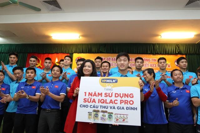 Bà Nguyễn Thị Thu Phương - CEO của VPMilk trao tài trợ cho đội tuyển U23 Việt Nam