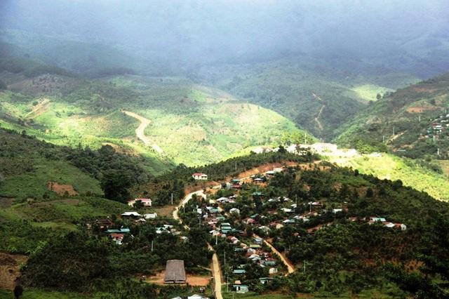 Ngôi trường PTDTBT Tiểu học Măng Ri nằm gọn trong lòng chảo của dãy núi Ngọc Linh