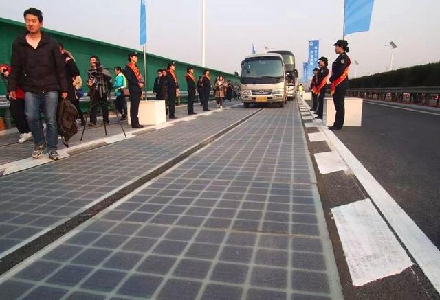 Đường năng lượng mặt trời ở miền đông Trung Quốc bị hư hỏng nặng chỉ vài ngày sau khi đi vào hoạt động. (Nguồn: Sohu.com)