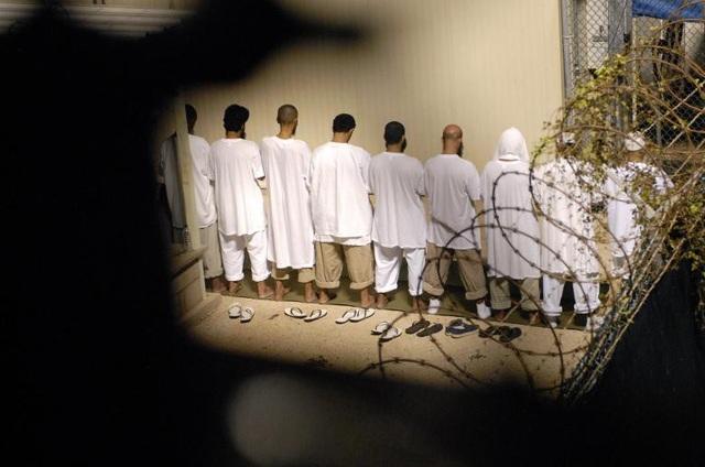 Nhà tù Guantanamo, hay còn gọi là Gitmo, nằm ở phía đông nam Cuba, ngoài khơi vịnh Guantanamo. Nhà tù này được lập ra dưới thời cựu Tổng thống George W. Bush vào năm 2002 trong cuộc chiến chống khủng bố của Mỹ sau vụ tấn công 11/9/2001. Trong ảnh: Nhóm phạm nhân cầu nguyện buổi sáng trước khi mặt trời mọc trong nhà tù Guantanamo năm 2009.
