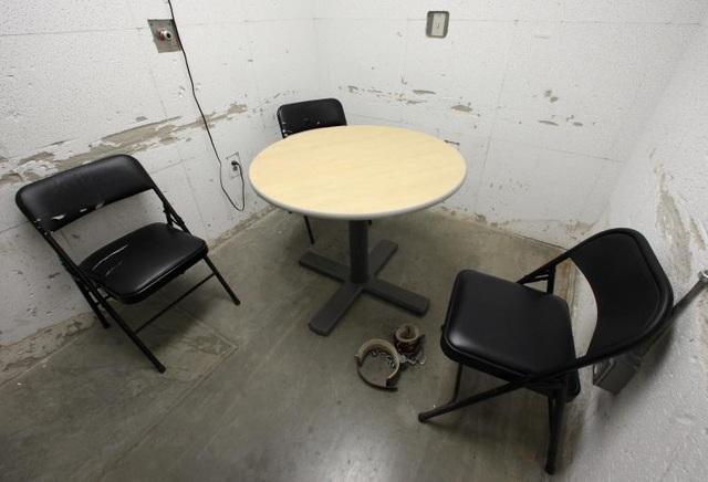 Năm 2015, Bộ Quốc phòng Mỹ đã chi khoảng 445 triệu USD để duy trì hoạt động của nhà tù Guantanamo, giảm so với khoản chi 522,2 triệu USD năm 2010. Trong ảnh: Căn phòng được sử dụng làm nơi gặp gỡ giữa các luật sư và thân chủ tại Trại 6.