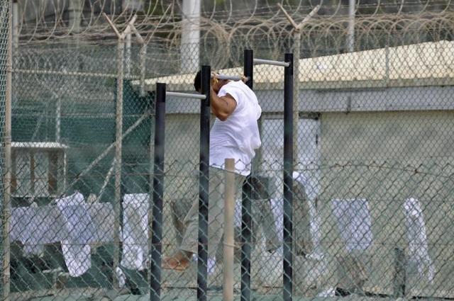 Những người chỉ trích nói rằng nhà tù Guantanamo đã trở thành nơi giam giữ những phạm nhân không qua xét xử và cáo buộc chính phủ Mỹ vi phạm nhân quyền khi tra tấn các phạm nhân. Trong ảnh: Phạm nhân tập thể dục bên trong nhà tù Guantanamo.
