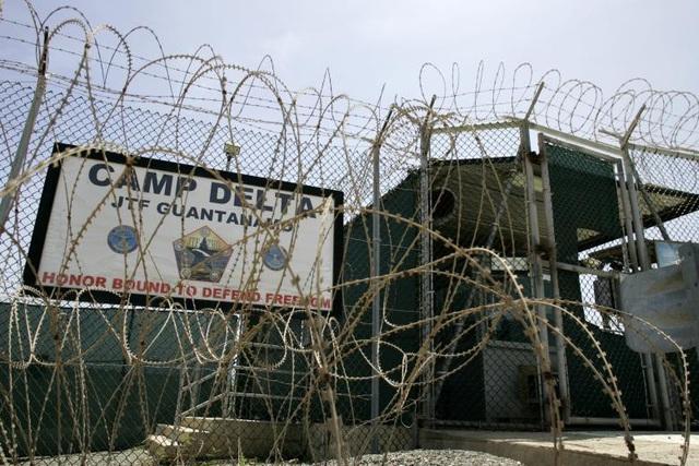 Nhà tù Guantanamo được cho là gồm một trại giam có tên gọi Trại Delta gồm 612 buồng giam và các trại nhỏ hơn - nơi thẩm vấn các nghi phạm và giam giữ các tù nhân nguy hiểm nhất. Trong ảnh: Dây thép gai chằng chịt bên ngoài Trại Delta.
