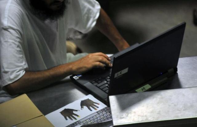 Khoảng 800 người mang 50 quốc tịch khác nhau đã được đưa tới nhà tù Guantanamo. Các phạm nhân từ Afghanistan, Ả-rập Xê-út, Yemen và Pakistan chiếm khoảng 70% số người bị giam giữ ở Guantanamo. Trong ảnh: Phạm nhân học kỹ năng đánh máy trên máy tính trong một giờ học về kỹ năng sống ở Trại 6 tại nhà tù Guantanamo năm 2010.