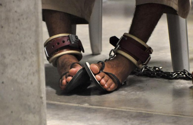Nhà tù Guantanamo từng nhiều lần bị chỉ trích vì hành vi tra tấn tù nhân. Ủy ban Chữ Thập đỏ quốc tế năm 2004 từng tới thị sát nhà tù này và cáo buộc quân đội Mỹ sử dụng cực hình để tra tấn tù nhân. Trong ảnh: Phạm nhân bị cùm chân khi dự lớp học về kỹ năng sống bên trong Trại 6.