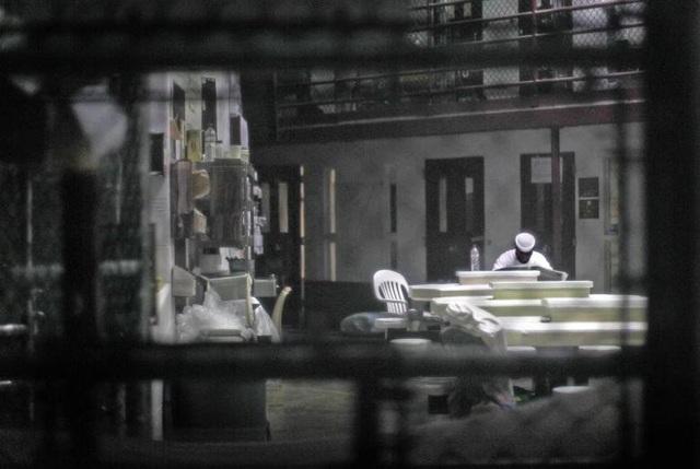 Theo CNN, ít nhất 9 phạm nhân đã thiệt mạng trong khi bị giam giữ ở Guantanamo. Số phạm nhân kỷ lục mà nhà tù này từng giam giữ là vào năm 2003 với 684 người. Lần thả người gần nhất của nhà tù Guantanamo là vào tháng 1 năm ngoái. Trong ảnh: Phạm nhân đọc báo tại khu vực sinh hoạt chung ở Trại VI năm 2013.