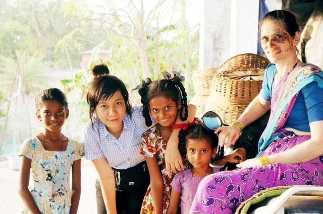 Mỹ Linh (thứ 2 từ trái sang) trong chuyến đi Ấn Độ.