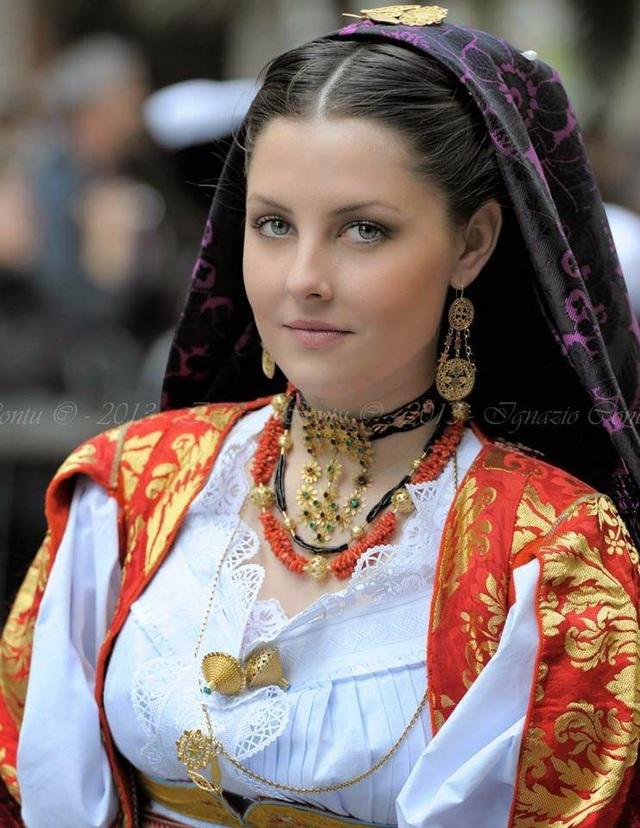 Vẻ đẹp của một thiếu nữ ở thị trấn Ollolai