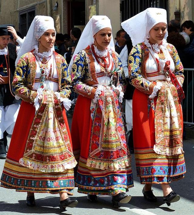 Các cô gái người Ollolai trong bộ váy áo truyền thống