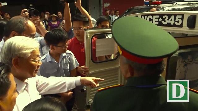 Ông Bảy Hôn (Phan Văn Hôn) – chiến sĩ biệt động Sài Gòn hướng dẫn Tổng bí thư tham quan căn hầm chứa vũ khí (ảnh cắt từ clip)