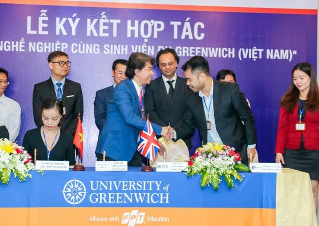 """Lễ ký kết thỏa thuận hợp tác giữa Đại học Greenwich (Việt Nam) với 40 doanh nghiệp, mở ra cơ hội """"khủng"""" cho sinh viên. Một trong số đó là CBRE Việt Nam thuộc tập đoàn CBRE Group, Inc kinh doanh dịch vụ bất động sản lớn nhất thế giới nằm trong danh sách 500 công ty hàng đầu thế giới do Fortune và S&P bình chọn."""