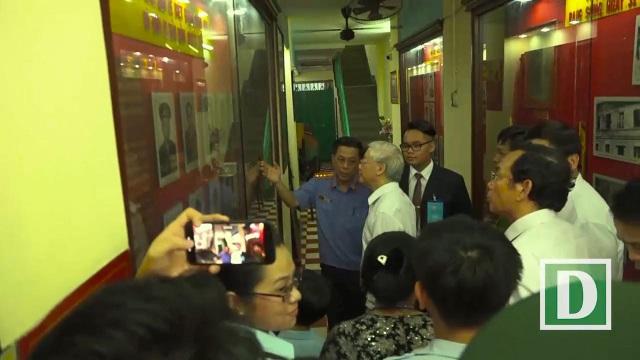 Tổng Bí thư đứng trước những hình ảnh người chiến sĩ biệt động Sài Gòn hi sinh được đặt trang trọng trong căn hầm