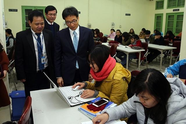 Phó Thủ tướng Vũ Đức Đam trò chuyện với sinh viên tại Trung tâm Thông tin thư viện Đại học Thương mại. Ảnh: VGP/Đình Nam